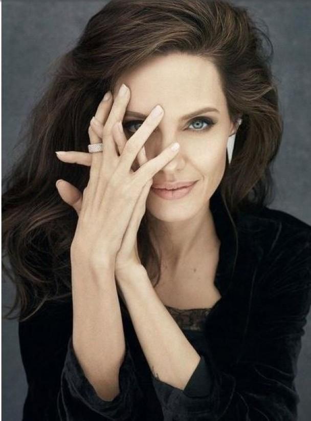 Нежная Анджелина Джоли в новой фотосессии